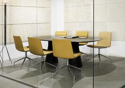 Sala de juntas con sillas de Andreu World