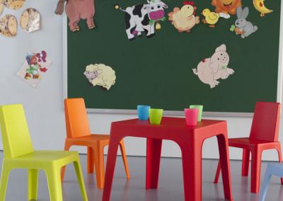 Conjunto de mesas y sillas Julieta de Resol para zonas infantiles