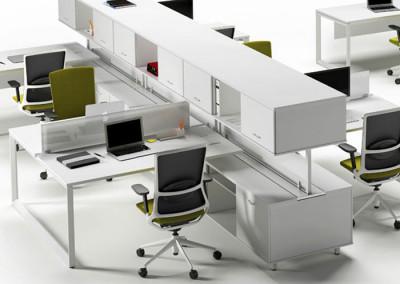 Mesas de trabajo en ofcina Vital Plus con armarios para cada mesa de Actiu